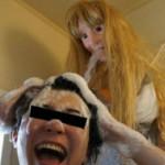 Ragazzo giapponese sostituisce la sua fidanzata con una bambola shower